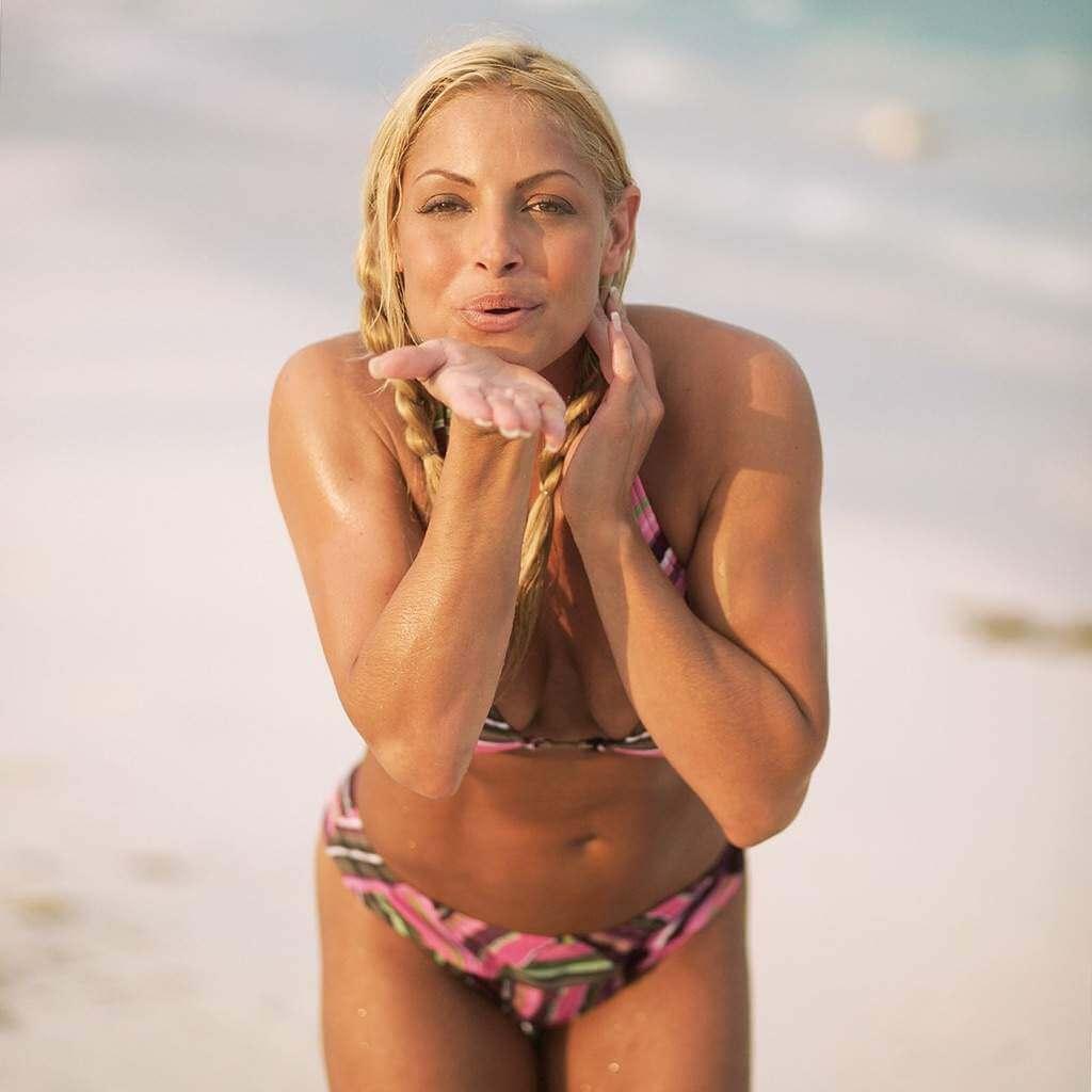 Trish-Stratus-Beach-photos-in-bikini