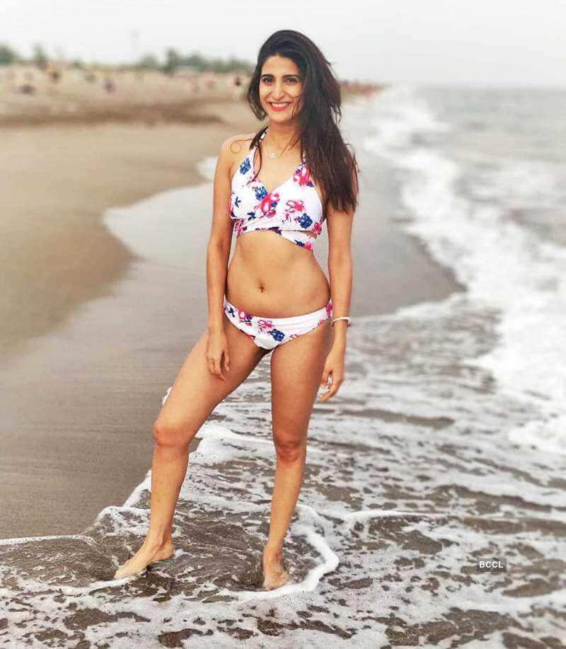 aahana-kumra-raises-the-temperature-in-bikini