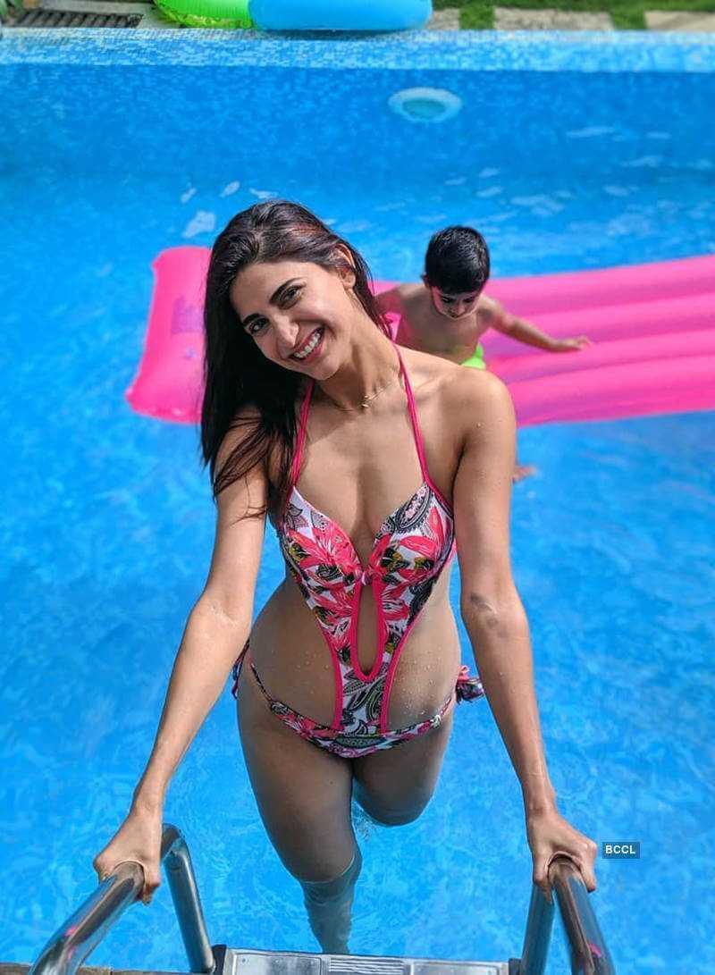 aahana-kumra-with-her-sexy-looks-hot-bikini-photos