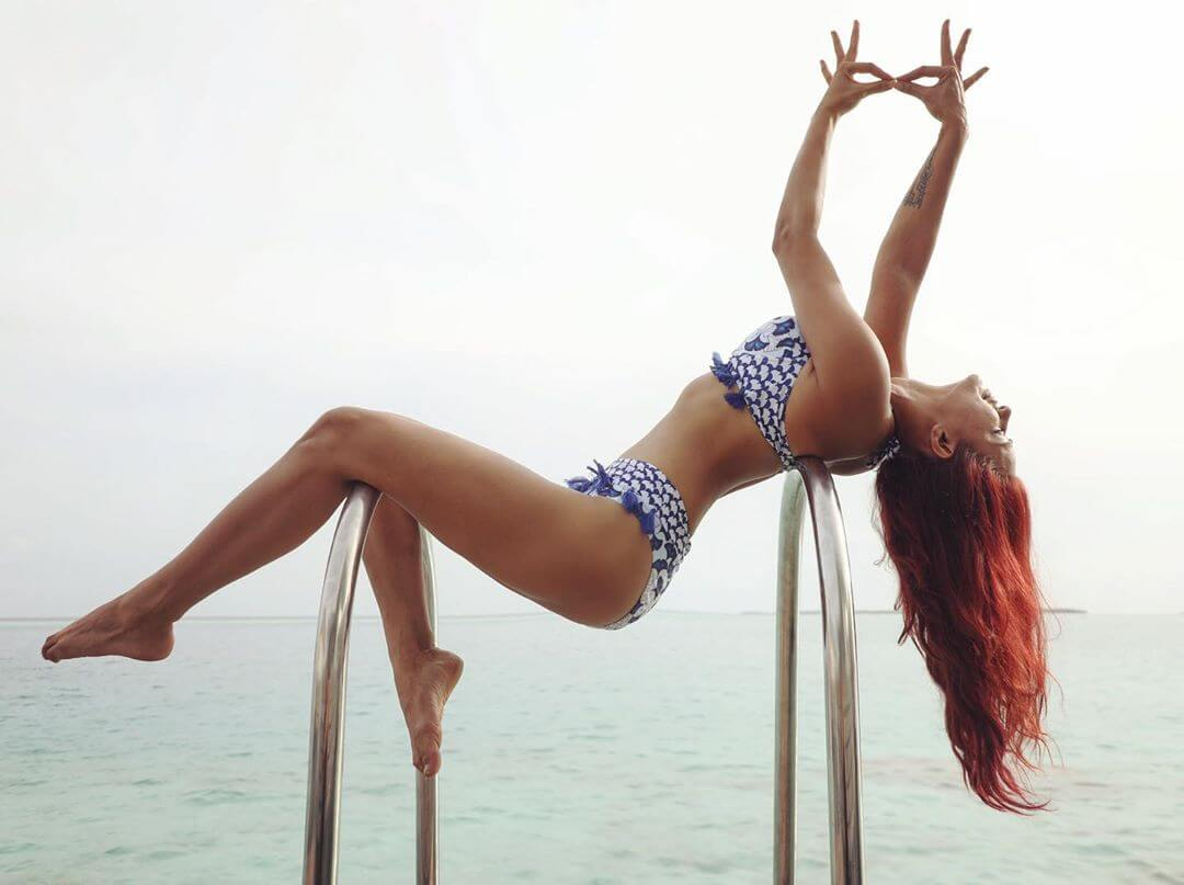 aashka-goradia-in-bikini-on-swimming-pool-bars