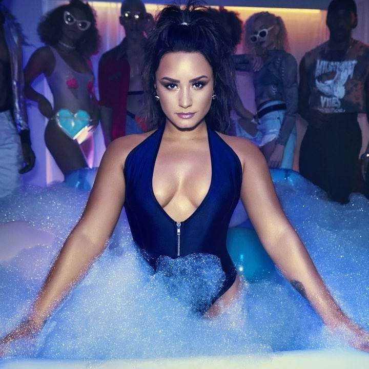 bikini-outfit-photos-of-demi-lovato-from-her-video-song