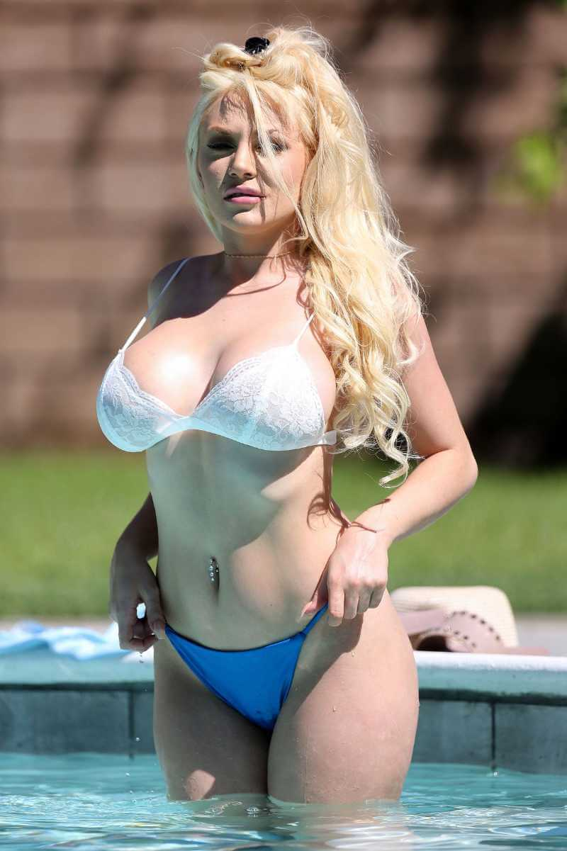 courtney-stodden-hot-boobs-bikini-pictures-adjusting-her-bikini