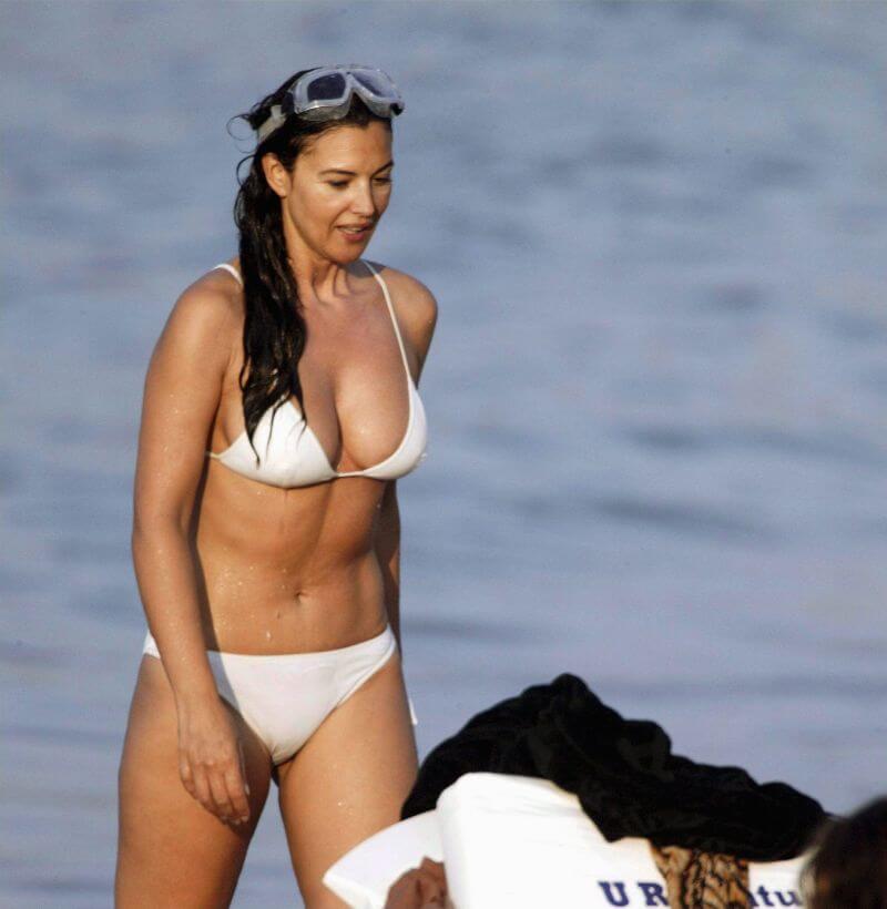 fully-toned-body-monica-bellucci-bikini-images-on-beach