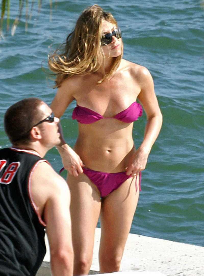 hot-jennifer-aniston-show-off-her-body-in-bikini-at-beach