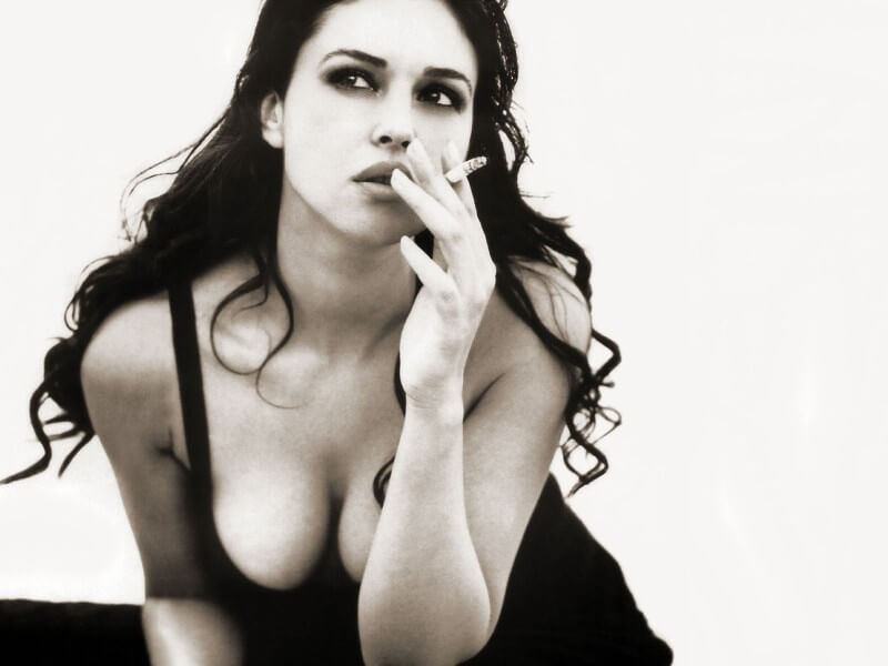huge-cleavage-pictures-of-monica-belluci-while-smoking