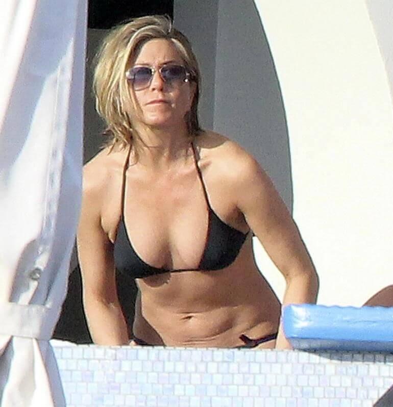 jennifer-aniston-deep-cleavage-pictures-in-black-bikini