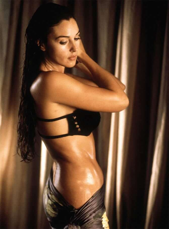 monica-bellucci-bikini-pictures-showing-sexy-curvy-sides