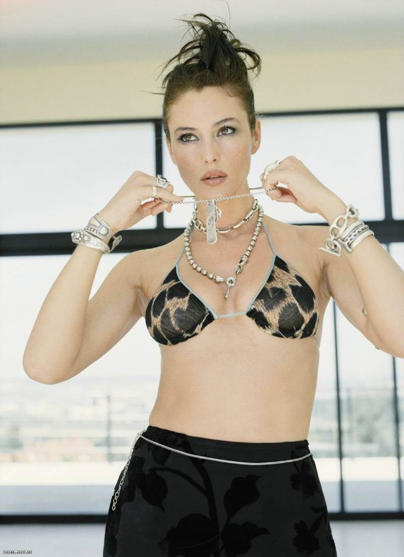 monica-bellucci-bikini-top-wearing-shots