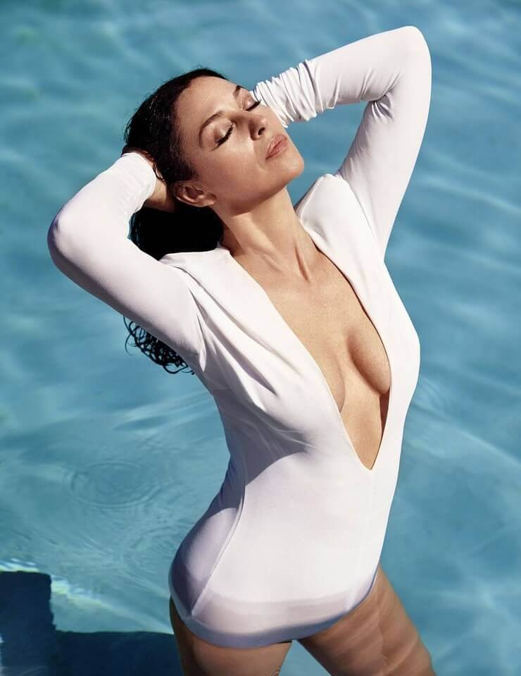monica-bellucci-boobs-cleavage-images-posing-in-pool