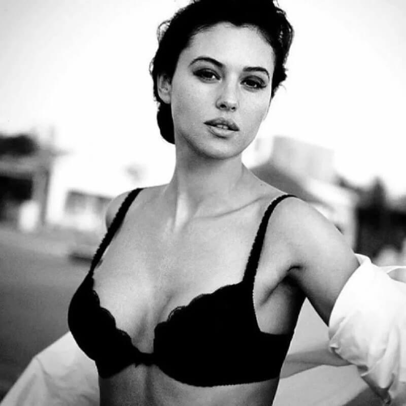 monica-bellucci-breast-photos-in-black-bra