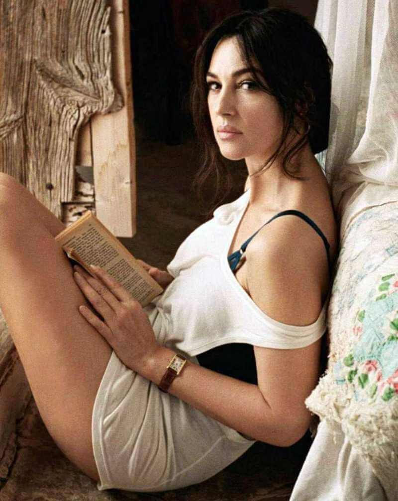 monica-bellucci-gorgeous-picture-captured-in-bikini-while-she-is-reading-a-book