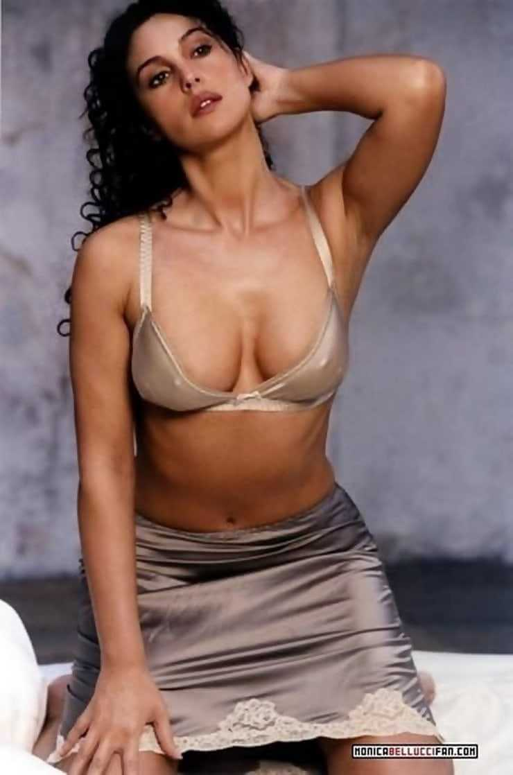 monica-bellucci-hot-pictures-in-bra