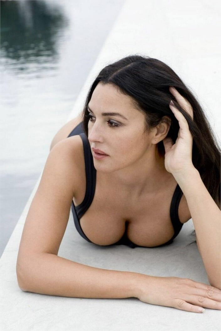monica-bellucci-sexy-cleavage-show-photos-looking-damn-hot