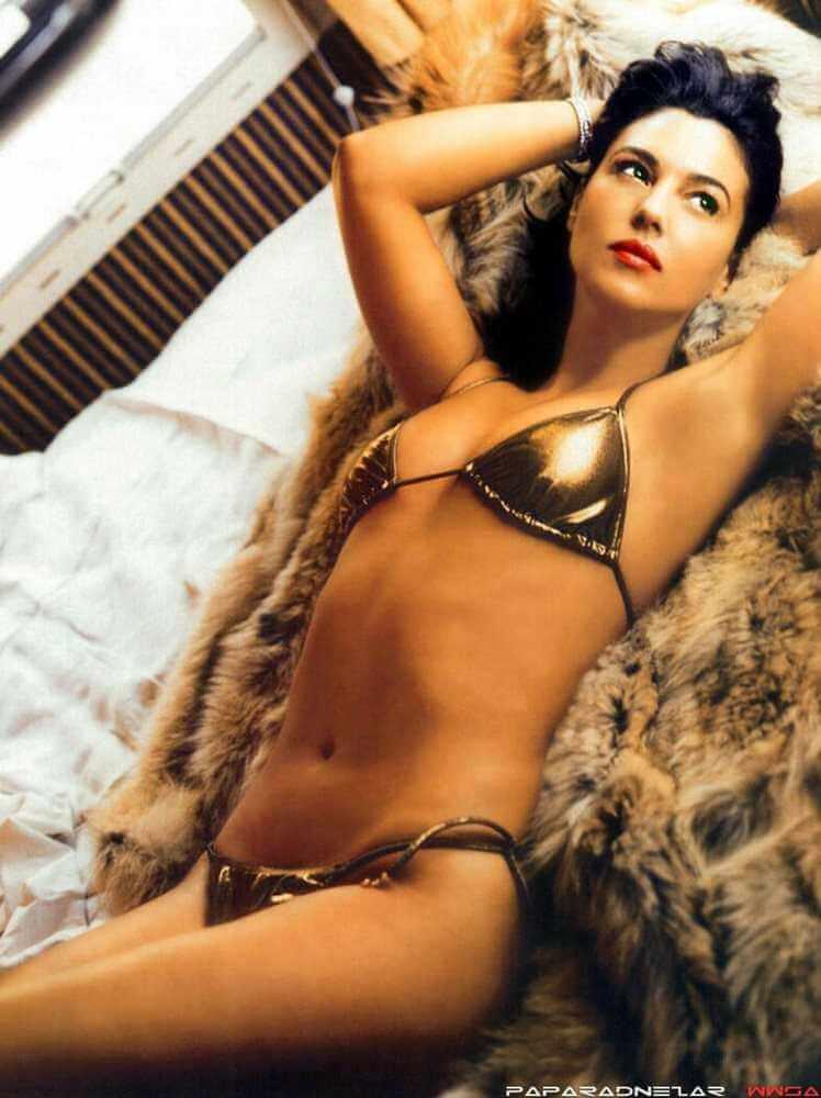 sexy-full-toned-tight-body-monica-bellucci-golden-color-bikini-photoshoot