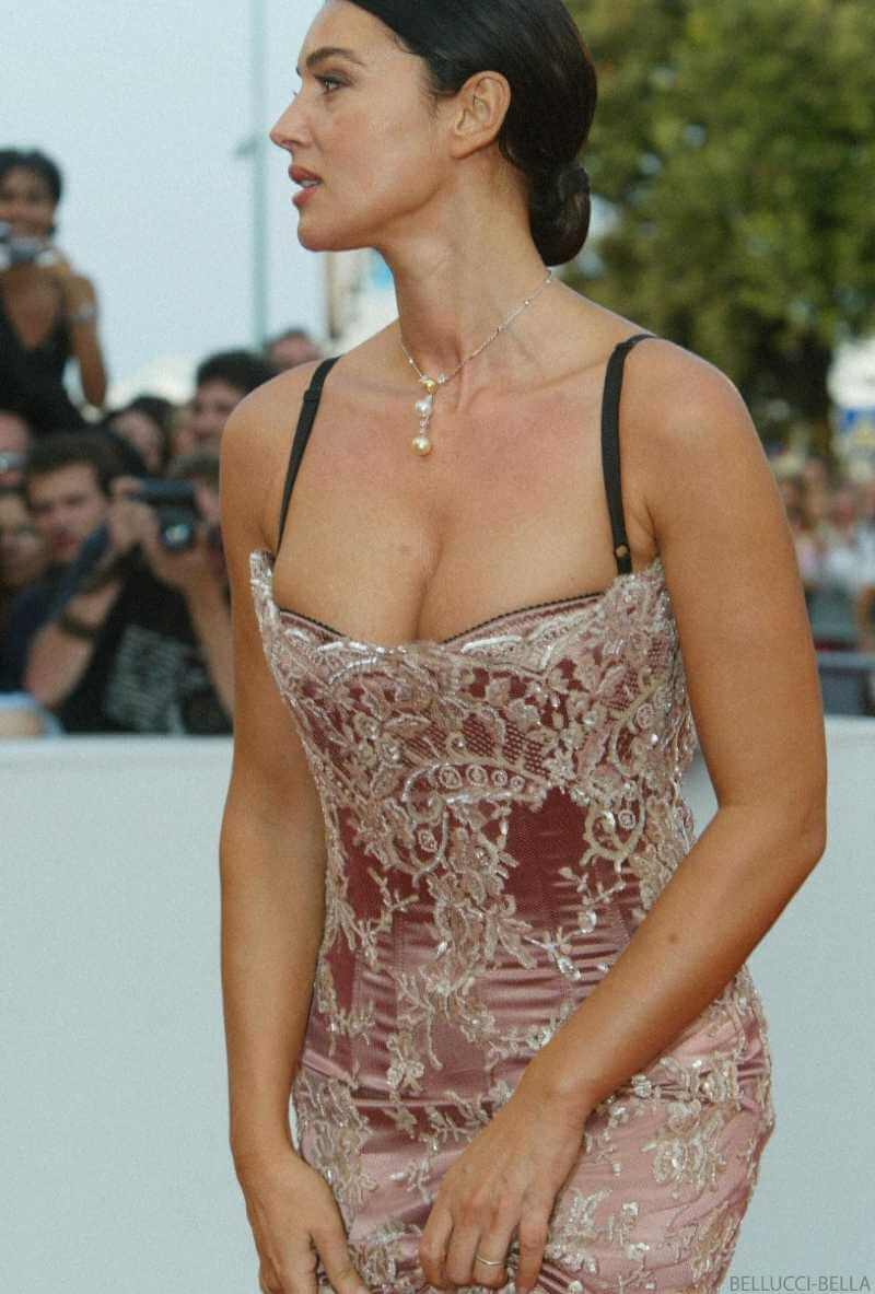 sexy-outfit-cleavage-pictures-of-monica-belluci