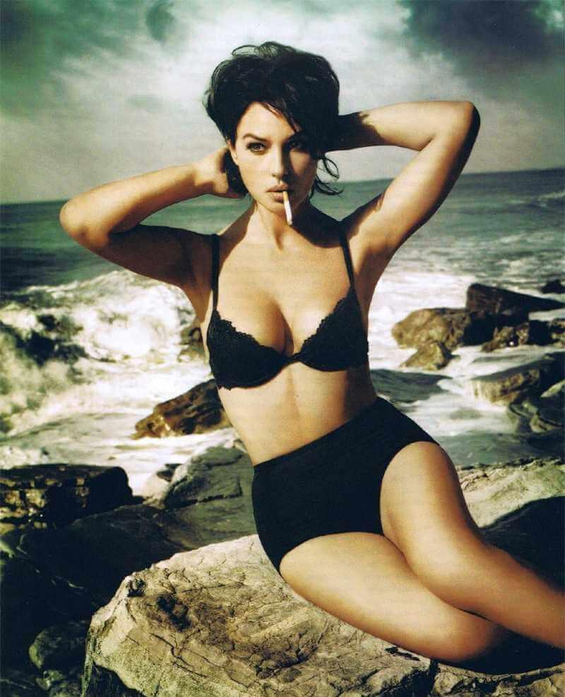 short-hair-monica-bellucci-bikini-images-while-smoking