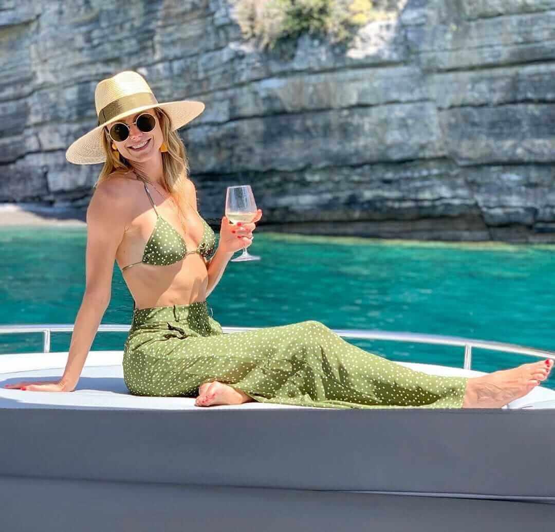 stacy-keibler-enjoying-in-bikini-at-yatch