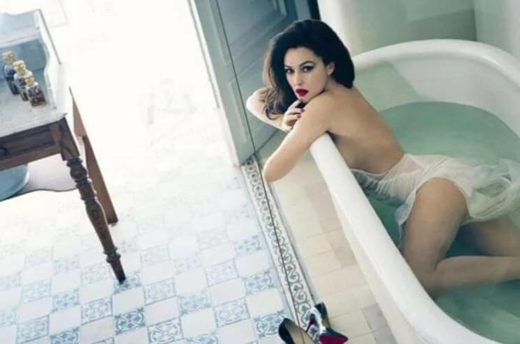 topless-photos-of-monica-bellucci-showing-sexy-butt-in-monokini-bikini