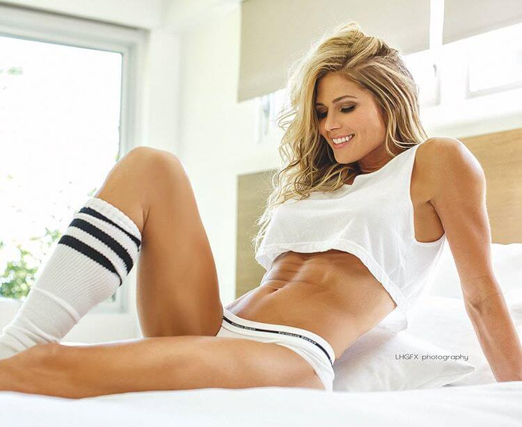 torrie-wilson-showing-her-abs-and-boobs-in-bikini-lingerie