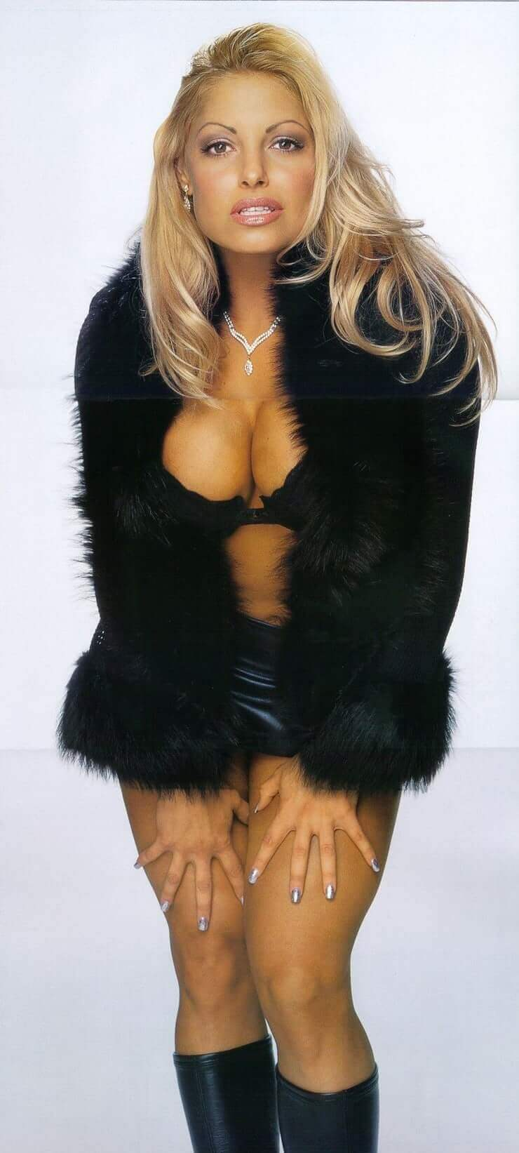 trish-stratus-cleavage-pictures-in-black-outfit
