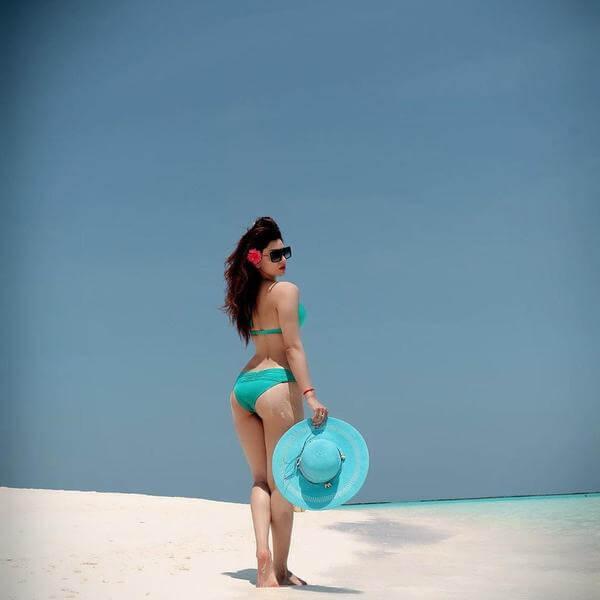 urvashi-rautela-bikini-photos-from-beach-holding-a-hat