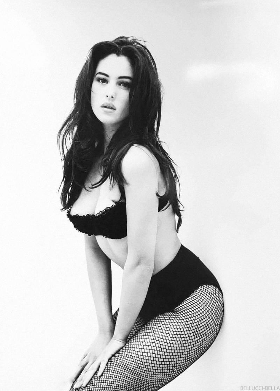 young-time-monica-bellucci-photos-posing-in-bikini-toned-tight-body