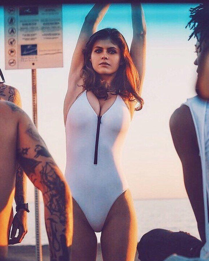 Hot-Alexandra-Daddario-sexiest-bikini-photo