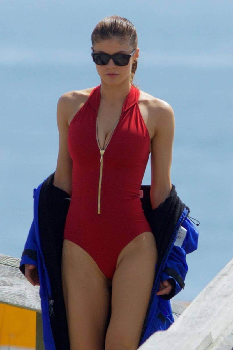 hollywood-actress-alexandra-daddario-in-swimsuit-on-the-baywatch-set