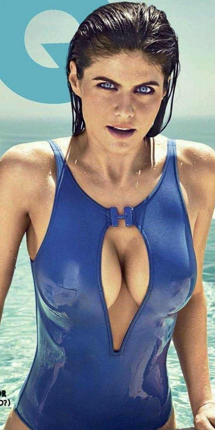 hot-actress-alexandra-daddario-deep-cleavage-pics-in-bikini