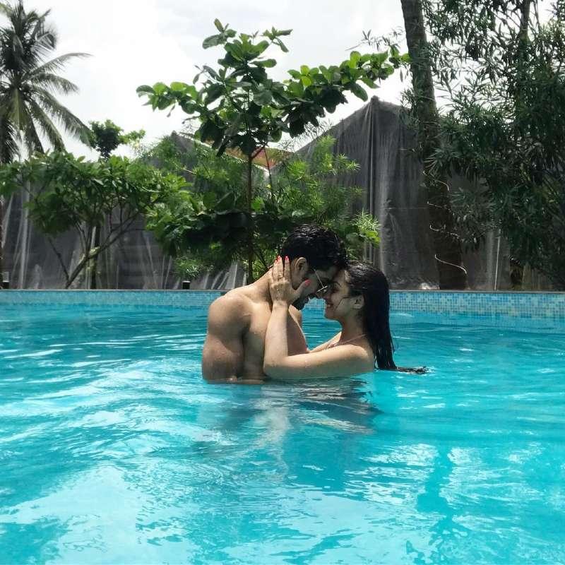 Abhigail-pande-wearing-bikini-with-sanam-in-pool