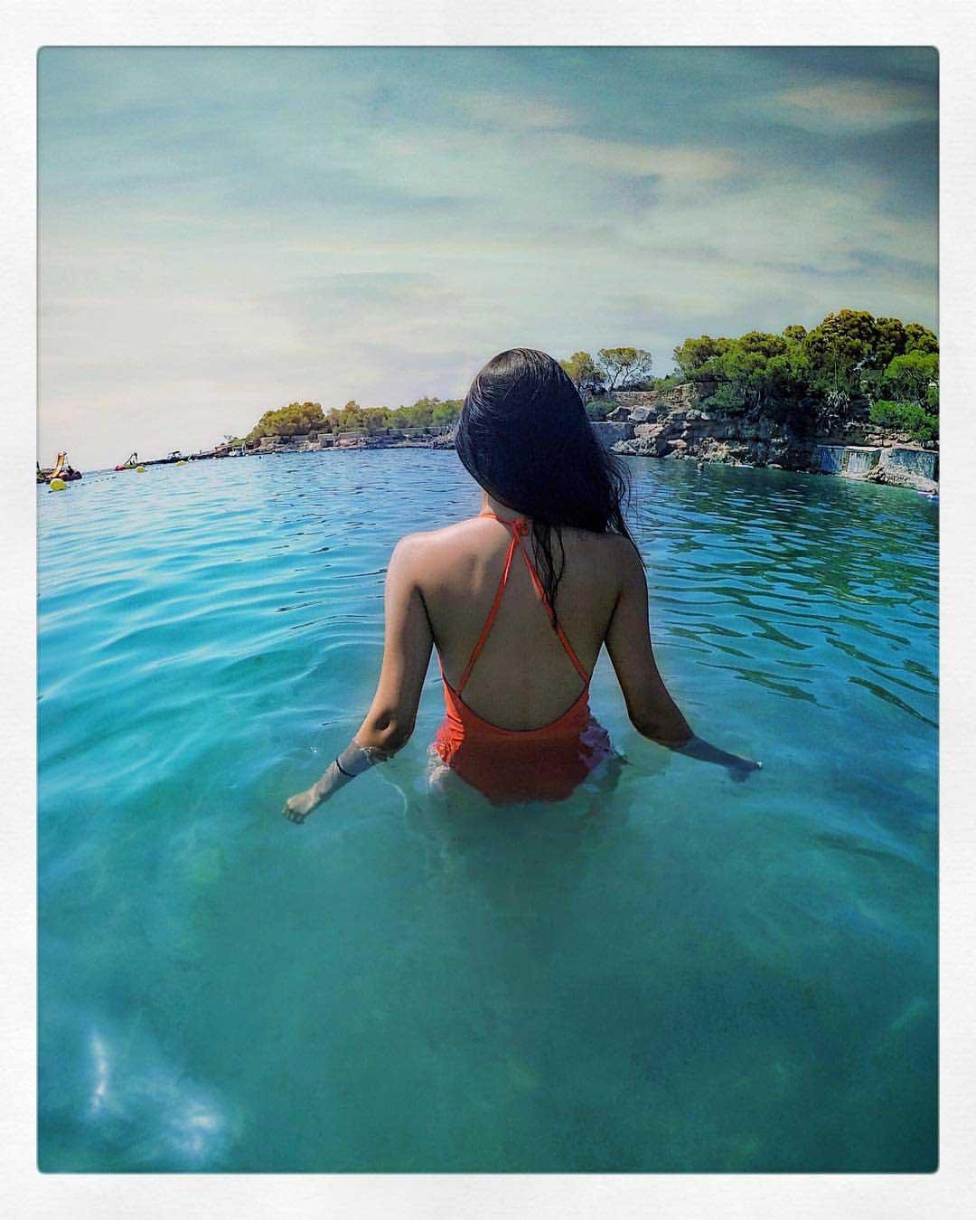 Amyra-Dastur-sizzles-in-bikini-in-sea-water