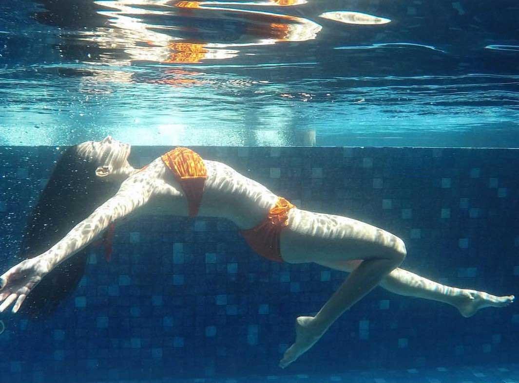 Amyra-Dastur-wearing-bikini-swimming-under-water