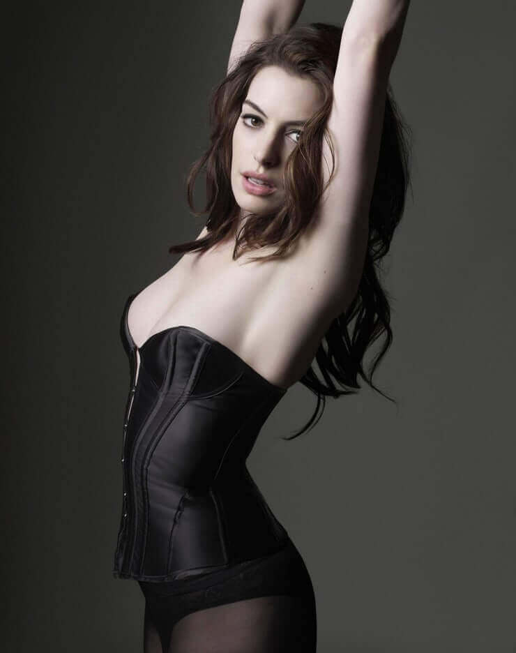 Anne-Hathaway-hot-side-pic-in-bikini-her-boobs-are-struggling-to-pop-out-of-bikini