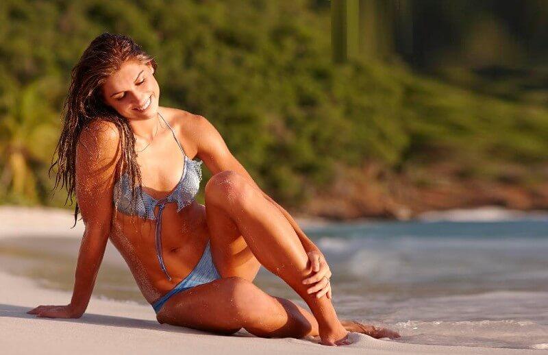 Hottest-Alex-Morgan-in-bikini-enjyoing-on-beach