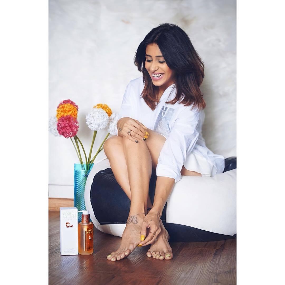 Kishwar-Merchant-Feet-legs-in-short-dress