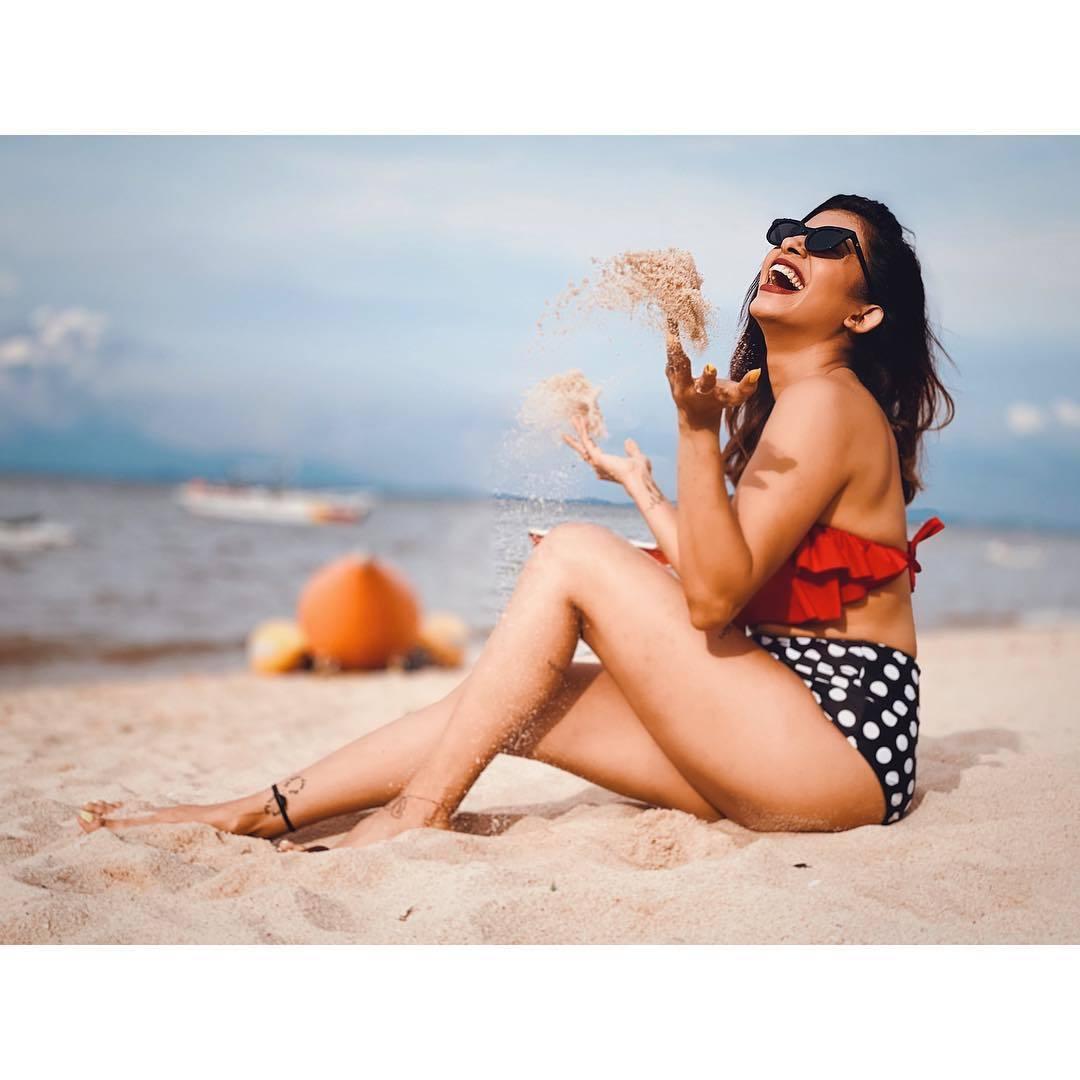 Kishwar-Merchant-hot-ass-in-bikini-at-beach