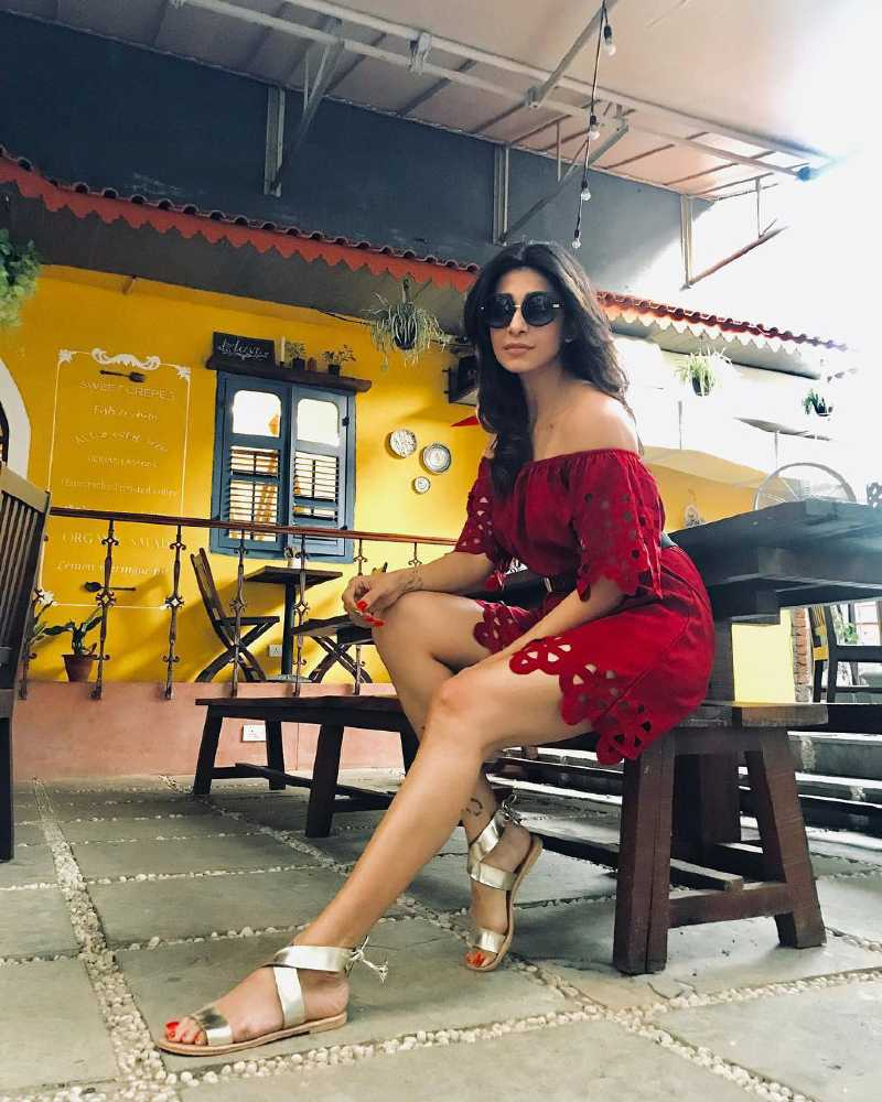 Kishwer-Merchant-hot-legs-thighs-in-short-red-dress