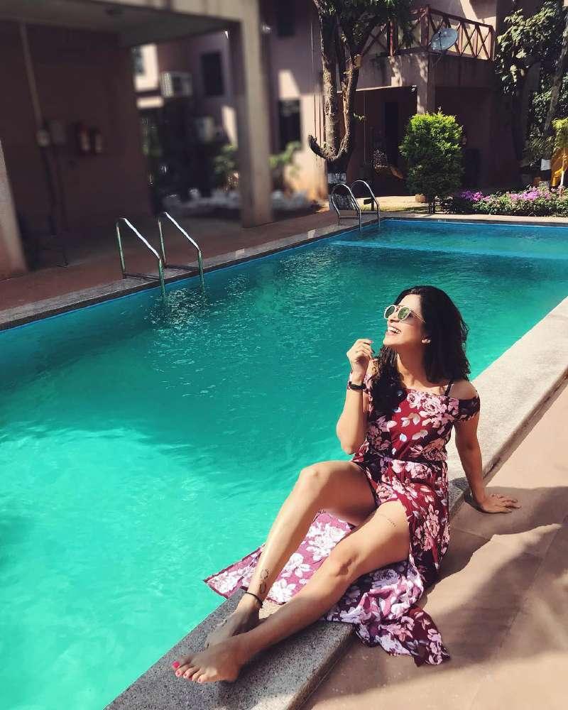 Kishwer-Merchant-in-bikini-on-pool-side