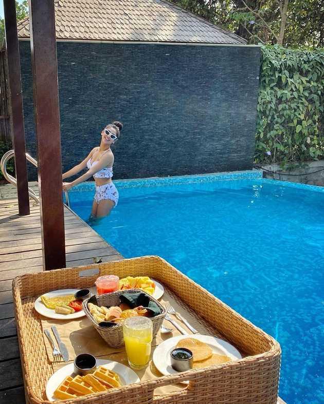 Krystle-D-Souza-bikini-photos-enjoying-in-pool