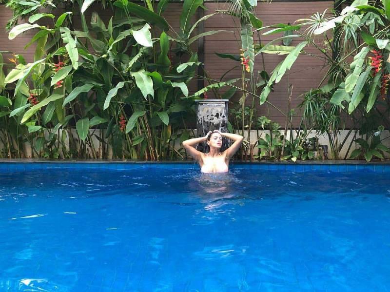 Megha-Gupta-Hot-bikini-photos-in-swimming-pool