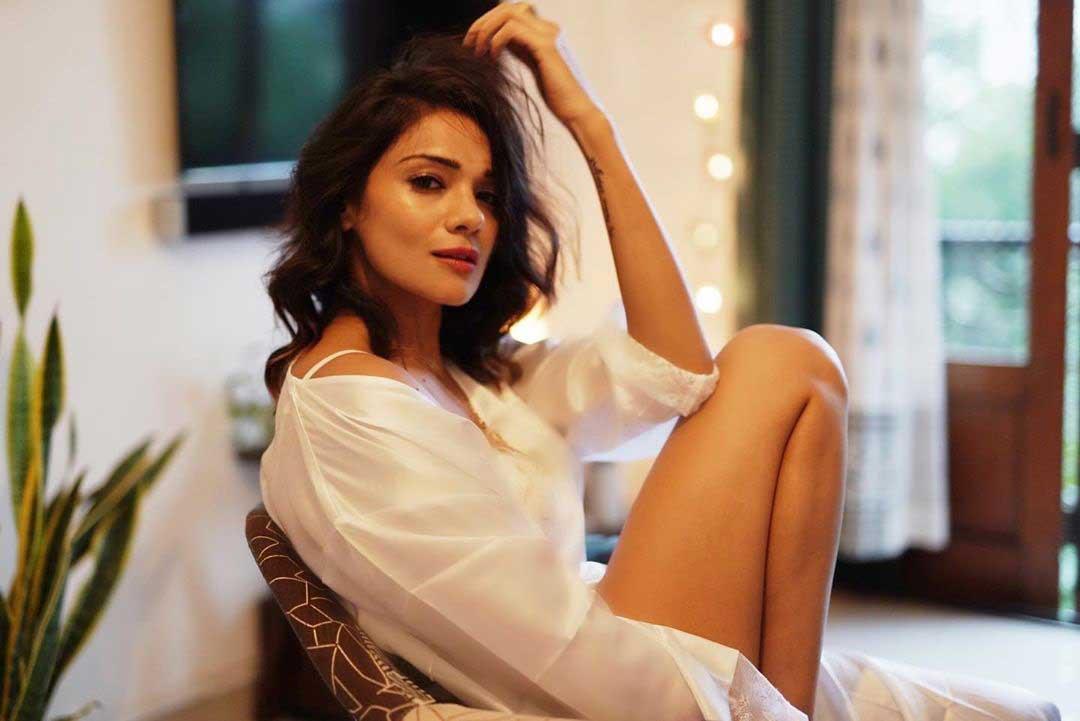 Tv-actress-Megha-Gupta-Smokin-Hot-stills-looking-gorgeous