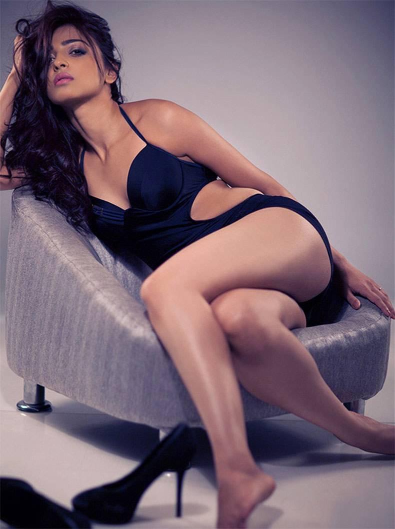 Radhika-Apte-flaunting-her-curves-in-bikini-photoshoot