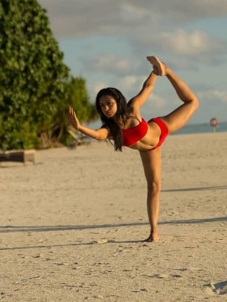 abigail-pande-bikini-photos-showing-hot-curves-on-beach