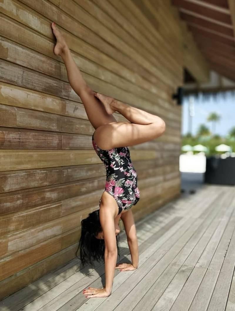 abigail-pande-in-bikini-doing-hand-stand-showing-her-hot-figure