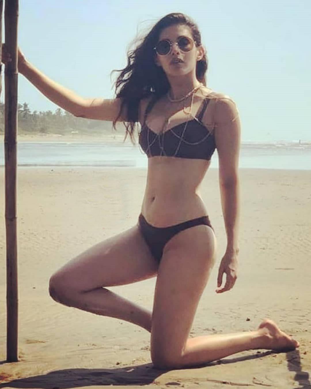 amyra-dastur-posing-in-bikini-at-beach