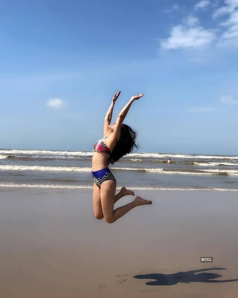 amyra-dastur-wearing-bikini-enjoying-on-beach