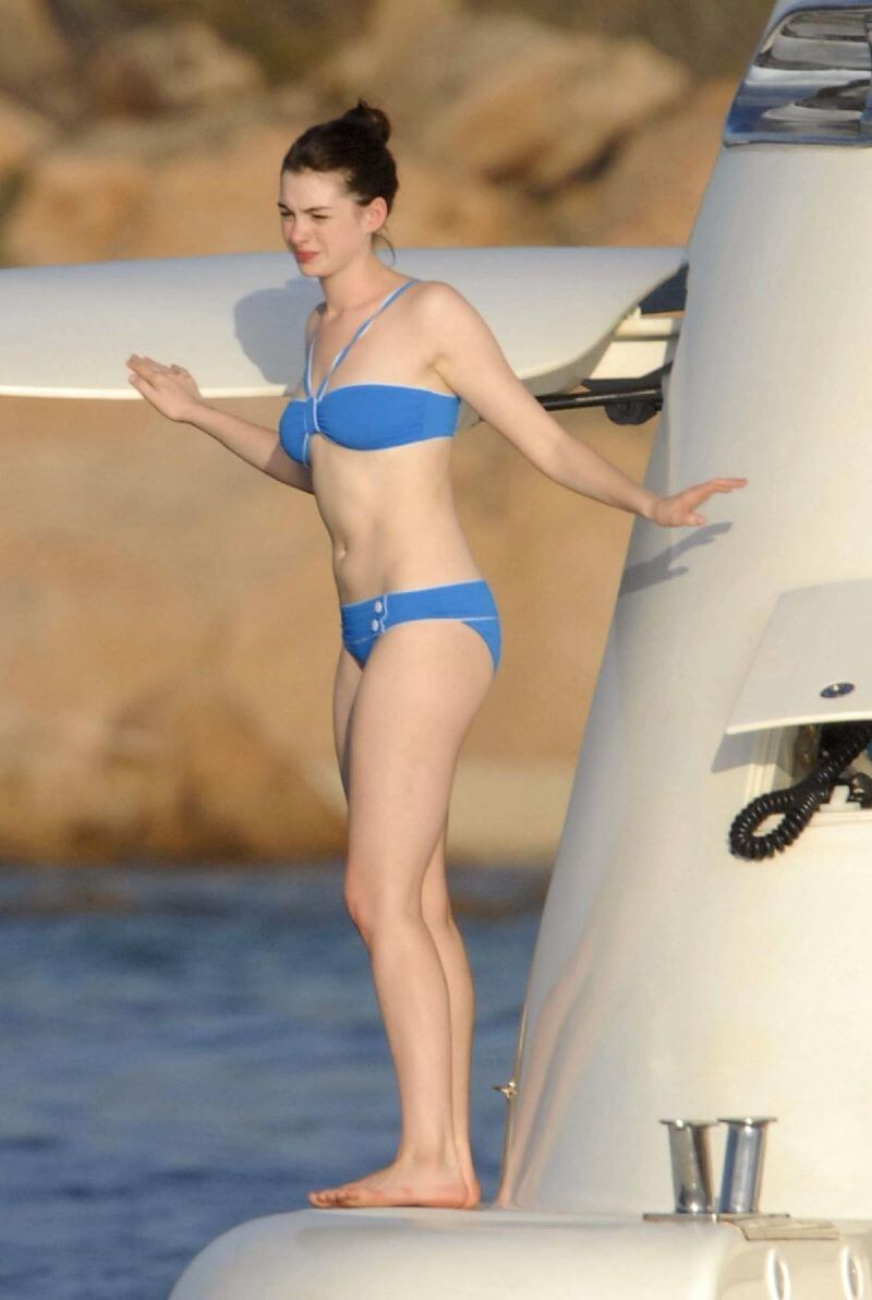 anne-hathaway-in-blue-bikini-flaunting-her-sexy-curves