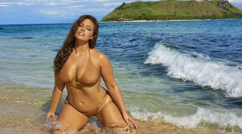 ashley-graham-posing-in-bikini-looks-damn-hot