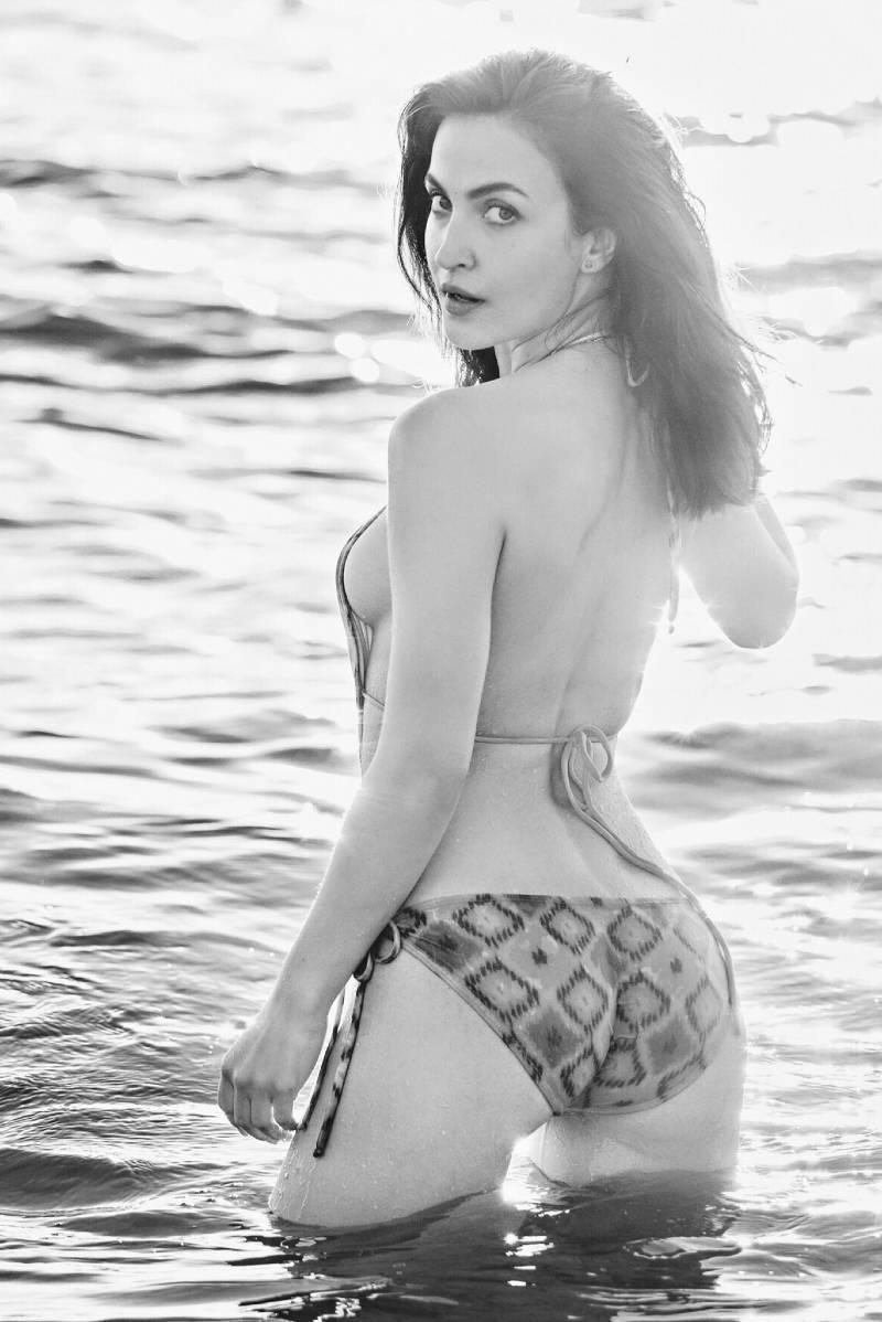 elli-avram-bikini-pictures-flaunts-her-hot-butt-in-bikini
