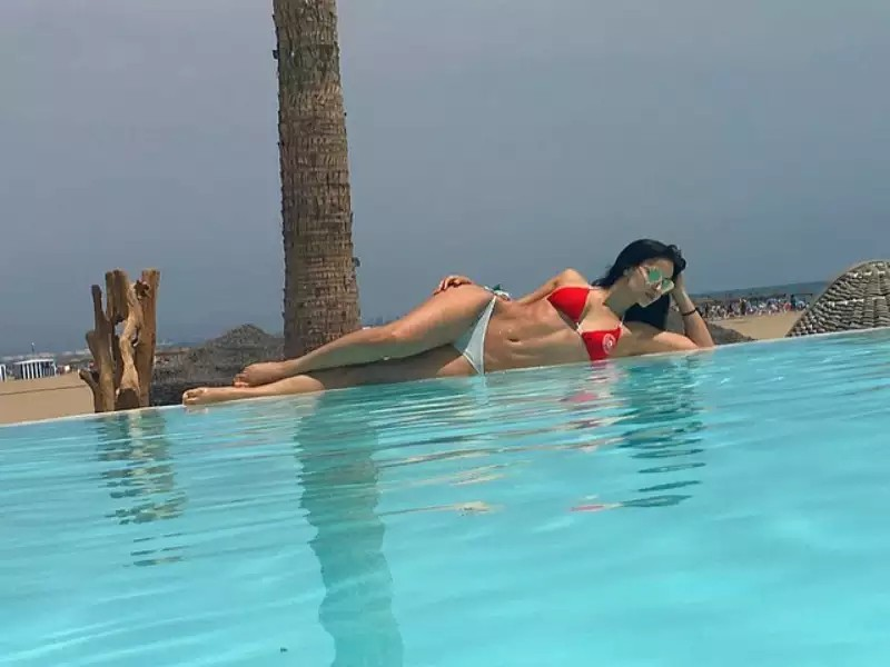 elli-avram-bikini-stills-on-pool-side